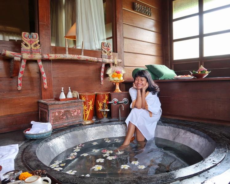 Hotel Tugu Bali Rejang Suite bathtub